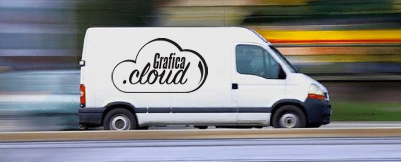 Furgone bianco con il logo grafica.cloud sulla fiancata sinistra